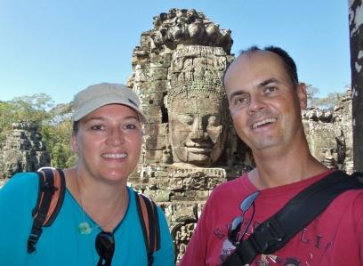 """Tempel """"Bayon"""" - diese Gesichter (die im Hintergrund :-)) sind eines der Markenzeichen für die Region um Angkor Wat"""