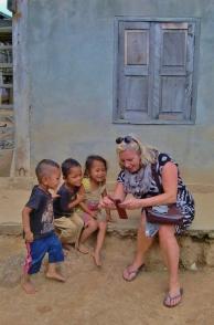 Gina macht Selfis mit den Dorfkindern - da gab es was zum Lachen :-)