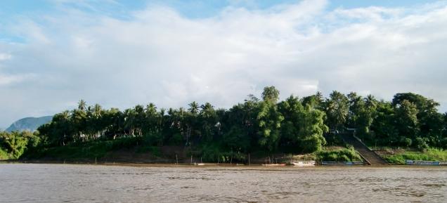 angekommen in Luang Prabang - wo ist nur die Stadt? ... hinter dem Grün...