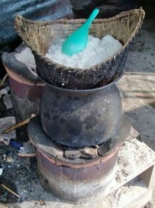 """So kochen die Laoten Reis (Lautsprache """"stiemrei"""" ... will heißen """"steamed rice"""" ... die Englisch-Kurzformen der Asiaten sind zum Piepen)"""