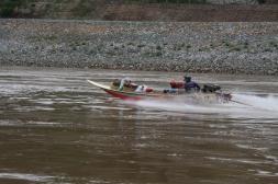 """Nicht alle fahren in einem """"Slow Board"""" (die Speed Boads sind echt gefährlich - der Mekong ist in diesem Bereich nicht ausgebaggert oder begradigt - überrall lauern Untiefen und Felsen.."""