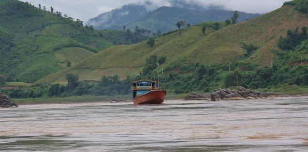 Wir sind so gut wie alleine auf dem Mekong - selten gibt es Gegenverkehr