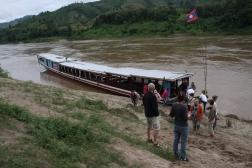 """Unser Boot / Schiff - ein Halt an einem Dorf laotischer """"Ureinwohner"""""""