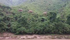 Dörfer, verstreut am Mekong - gut getarnt im Dschungel