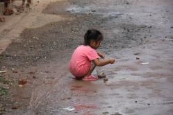 Die Kinder - auch hier - erscheinen auch mit eher wenig ganz glücklich - viel Spielzeug gibt es nicht...