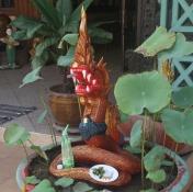 Jeder bekommt etwas ab - auch der Hausdrache - die sind in Vientiane übrigens aus Holz ... nicht wie in Deutschland :-)