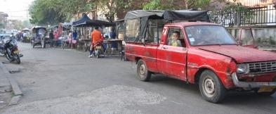 Straßenmarkt - der Kleine muss warten