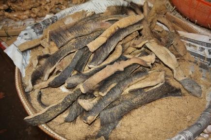 Getrocknete Haut vom Wasserbüffel (der gehört in den typischen laotischen Papaya-Salat rein)