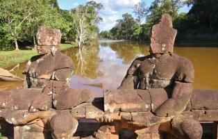 wie so oft: im Laufe der Jahrhunderte wurde so manches Symbol von Herrschern oder Religionen zerstört (hier demolierten die Hindus die Statuen der Buddhisten...)