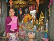 zweifelsohne die geschäftstüchtigste Khmer, die wir getroffen haben - sie verkaufte auf eine außergewöhnlich charmante Art (man bekam ein Räucherstäbchen und ein Bändchen um den Arm... und die Dollar flossen)
