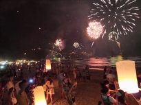 Feuerwerk und Laternen