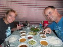 """Ein typisches Abendessen - in Myanmar: Viele """"Kleine Dinge"""" kommen auf den Tisch"""