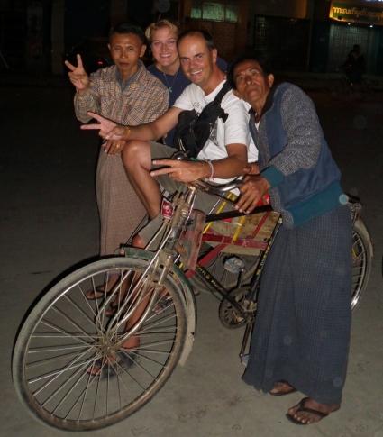 unsere Rikschafahrer - wir konnten es ihnen nicht abschlagen, uns durch die Nacht (Straßen unbeleuchtet) zum Hotel zu fahren