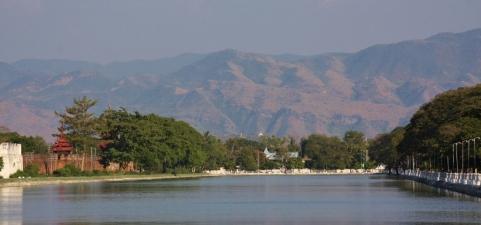 Mandalay liegt auf einer Ebene, umgeben von beeindruckenden Gebirgen