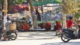 Mönche warten auf den nächsten Almosengang