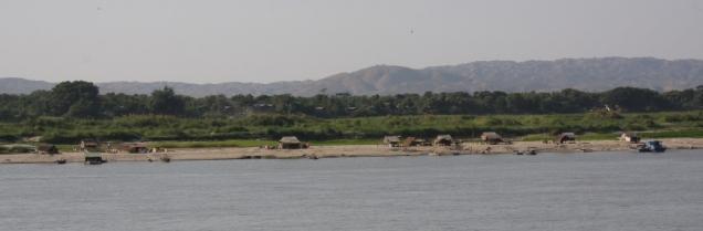Auf der anderen Flussseite findet sich ein Dorf - aus Basthütten