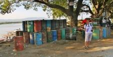 Wer glaubt, das wären leere Fässer, der irrt - das ist eine Art Tankstelle für LKW und Irrawaddy-Fluss-Schiffe