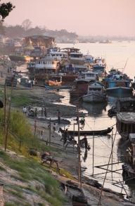 Der Irrawaddy: Es geht auf den Sonnenuntergang zu