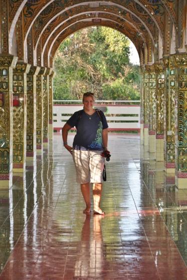 """Heike in der Tempelanlage auf dem """"Mandalay Mountain"""""""
