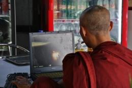 Das war mal was besonderes: Ein Mönch spielt ein Ballerspiel am Notebook