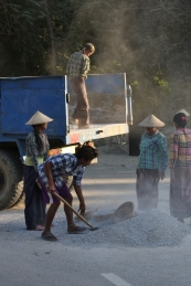 Straßenarbeiten - da wird Hand angelegt - viele Maschinen werden nicht genutzt, fast alles ist Handarbeit. Auch hier: Die Frauen arbeiten mit.