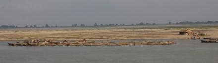 Am Ufer gibt es nicht viel zu sehen - eine eher ereignislose Passage
