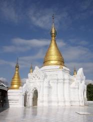 auf jedem Hügel steht eine Stupa oder ein Tempel