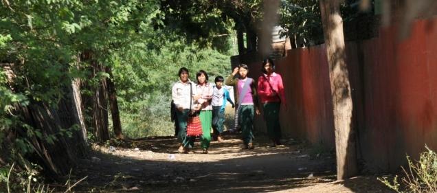 Schulkinder im Wohngebiet