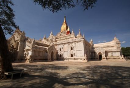 ganze Gewölbe-Komplexe um die Stupas und Tempel herumgebaut