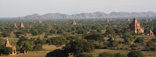 Stupas, im Hintergrund das Gebirge