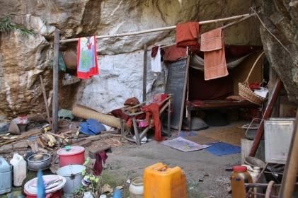 so mancher Mönch hat keine wirklich nette Unterkunft abbekommen - hier: bei einem kleinen Tempel, der in den Fels hineingehauen wurde