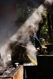 """Zuckerrohr-""""Fabrik"""". Es war schon beachtlich zu sehen, was die Arbeiter für einfache Gerätschaften zum Pressen und Verkochen des Zuckerrohr-Sirups benutzen"""