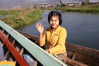 ein einheimisches Mädchen nutzt die Gelegenheit und verkauft uns ein paar Lotusblüten