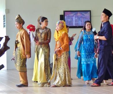 Besuch im botanischen Garten von Kuching: Eine Hochzeitsgesellschaft war auch dort zum Fototermin