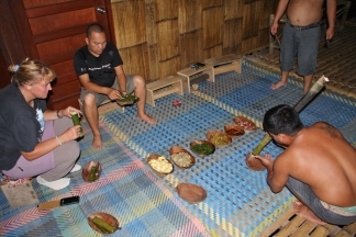 Abendessen, auf dem Fußboden - das beste Essen, was wir in Malaysia hatten!! Affeng... hat das geschmeckt, wir konnten uns kaum noch einkriegen...