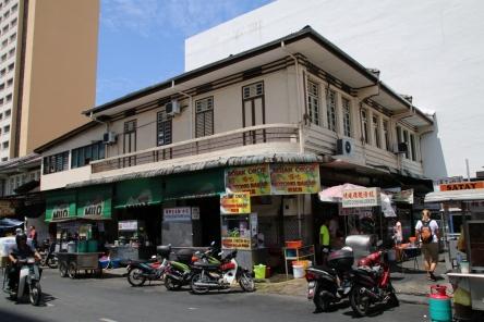 """ein """"Hawker-Stall"""" oder auch """"Cafe"""" genannt: dort gibt es viele kleine Stände mit Leckerleckerreien, meist lokale Spezialitäten"""