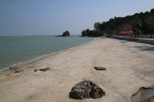 """Strand im Norden von Penang. Da ist nicht viel los (""""Quallen""""). Die Malaysianer haben es auch nicht so mit Sonne und Strand (es gibt auch kaum Bars und es ist sowieso nicht viel los - Schlafmützen!)"""
