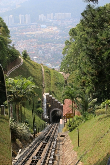 unterwegs mit einer Art Zahnradbahn hoch auf den Penang Hill