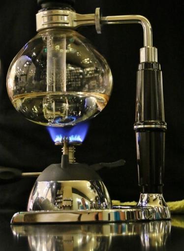nein, kein Chemiebaukasten - ist Siphon-Kaffeemaschine (die haben wir mal ausprobiert - nicht schlecht, aber auch nicht überwältigend - das Ritual drumherum ist aber interessant!)