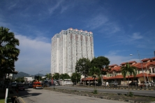 eine gute Mischung an Hochhäusern, normalen Gebäuden, Bäumen und blauem Himmel - insgesamt eine sehr angenehme Atmosphäre auf Penang