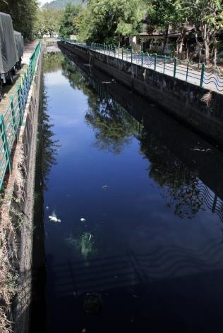 Abwasser-Kanäle: es gibt große wie den hier und zahlreiche weitere kleine an fast allen Straßen - das passt irgendwie gar nicht dorthin... und es stinkt schon übel zuweilen, wenn man falsch steht...