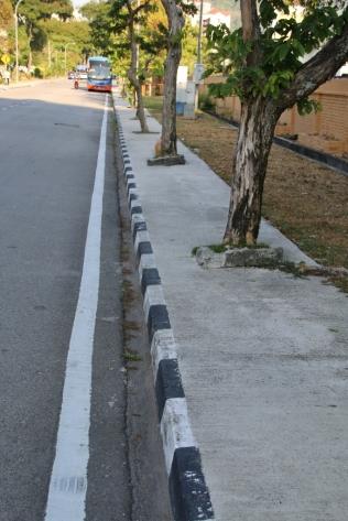 Fußgänger sind auf Penang nicht vorgesehen (kein Witz) - man muss schon selbst sehen, wo man bleibt (und immer die Augen offen halten)