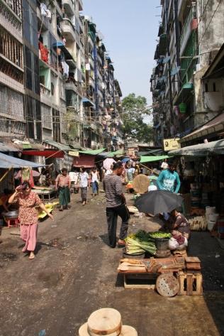 Markt in den Straßen von Rangun - hier ging es recht wild zu