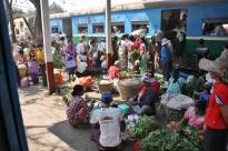 Wir kamen uns vor wie in einem fahrenden Markt - drinne im Zug gab es mehr Gemüse als draußen