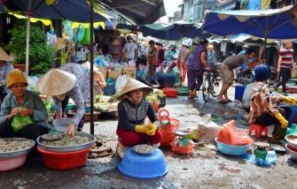 Kreuz-und-quer geht es auf dem Markt zu. Jeder sitzt und verkauft, wo es gerade passt.