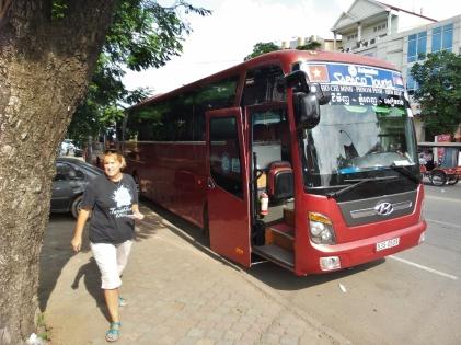 Mit dem Bus nach Ho-Chi-Minh City (Saigon) - wir wollen hoffen, dass diese Gurke den Weg schafft.