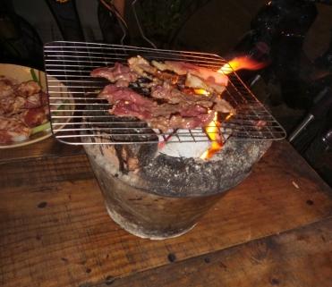 Vietnamesisches Tisch-BBQ. Danach waren wir komplett geräuchert und brauchten eine Dusche.