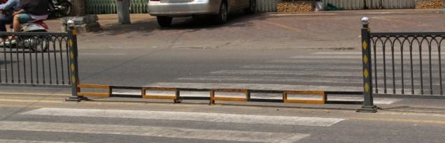 Was für eine Stolperfalle mitten auf der Hauptstraße, auf dem Fußgängerüberweg - man muss auch in Phnom Penh immer die Augen auf der Straße offen halten!