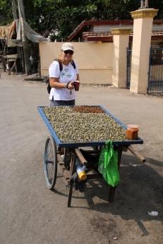 Muscheln - so werden die jeden Tag auf der Straße verkauft... Heike hat sie nicht probiert (Carsten sowieso nicht)