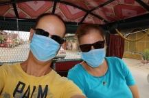 """Mit dem Tuk Tuk zum zweiten Mahnmal der Taten der Roten Khmer vor der Stadt, zu den """"Killing Fields"""". Die Straßen sind staubig."""